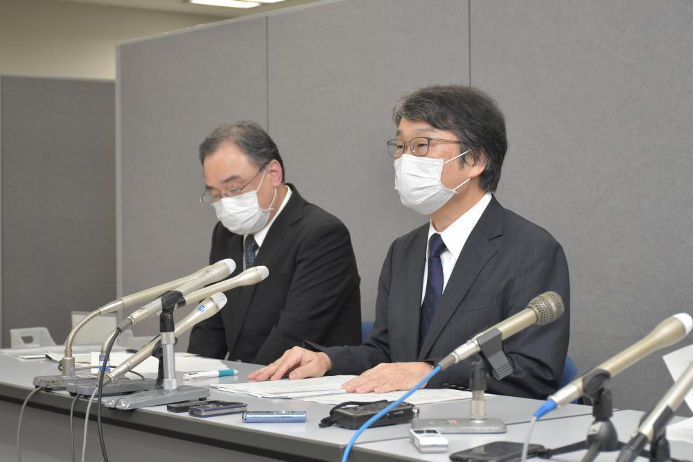 院内感染の状況を説明する東京医科大茨城医療センターの小林正貴院長(右)=県庁