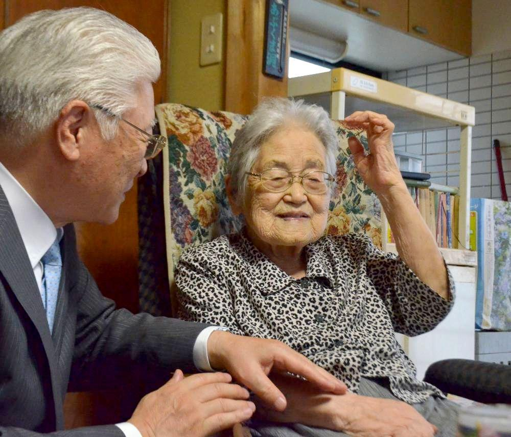 日立市の小川春樹市長(左)から長寿の祝いを受ける市内最高齢の根本和子さん=同市諏訪町