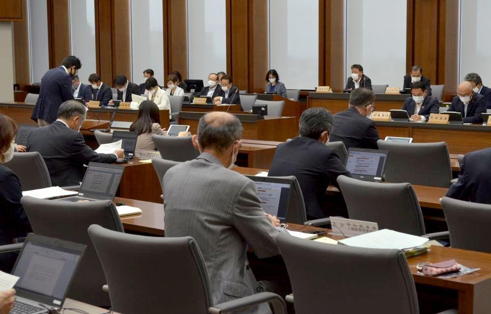 新型コロナウイルス対策の条例案が可決された連合審査会=県議会予算特別委員会室