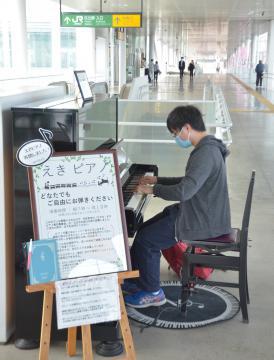 「ひたち・えきピアノ」が再開され、華麗な演奏を披露する愛好家の男性=JR日立駅自由通路