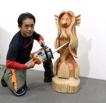 川又孝志さんが制作したアマビエの木像=水戸市南町のみと・まち・情報館