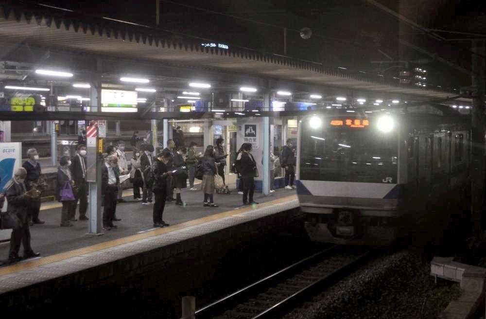 東京方面から駅ホームに入る常磐線普通列車=21日午後、JR取手駅