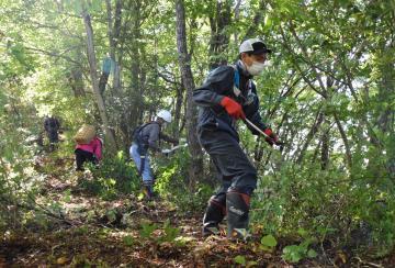 県北ロングトレイルのコースを整備するボランティアたち=18日、大子町大生瀬