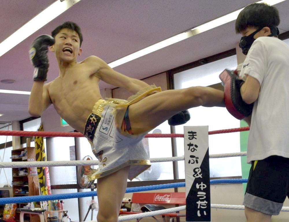 ミドルキックを放つ斉藤龍之介選手=筑西市井上のドージョー☆シャカリキ