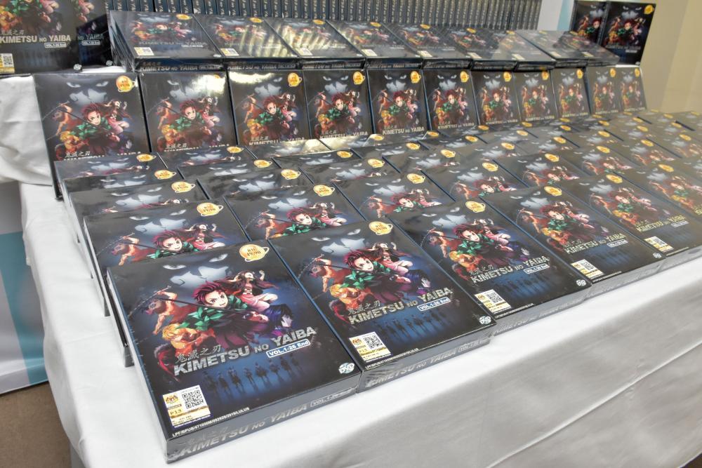 茨城県警が押収した「鬼滅の刃」の海賊版DVD=筑西市直井の筑西署