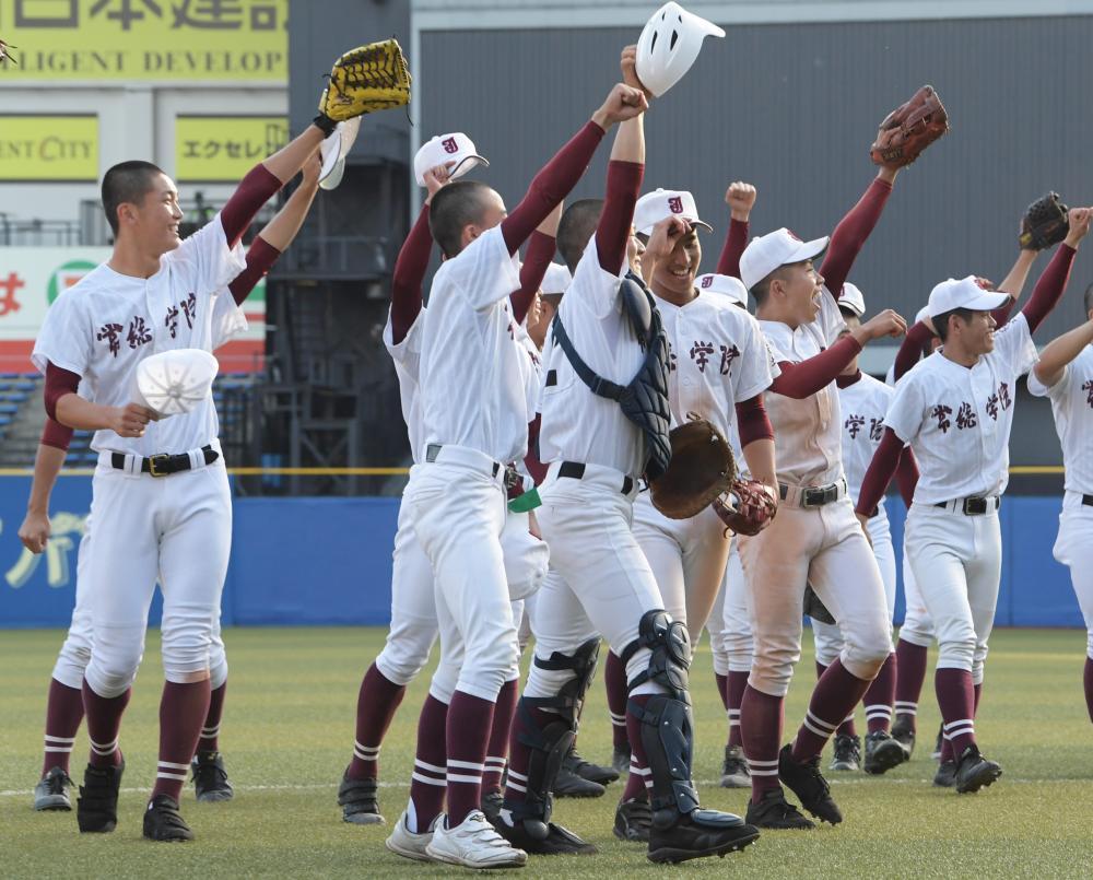 秋季関東高校野球大会で準決勝進出を決め、喜ぶ常総学院ナイン=ZOZOマリンスタジアム