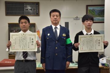 感謝状を受け取った吉成隼さん(左)と藤原あゆむさん(右)=牛久警察署