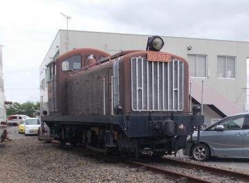 売りに出されているディーゼル機関車「DD502号」=常総市水海道高野町の関東鉄道常総線水海道車両基地