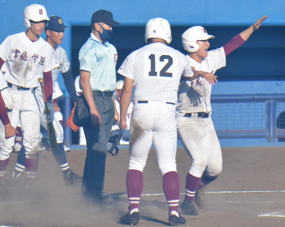 コールド勝ちで、秋季関東高校野球大会の決勝進出を決め、喜ぶ常総学院ナイン=千葉県野球場