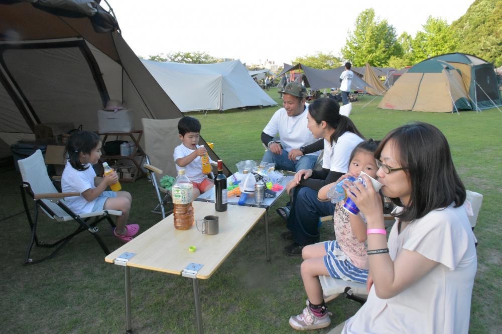 千波湖周辺でキャンプを楽しむ家族連れ=水戸市千波町(資料写真)