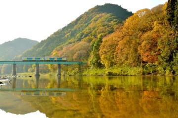 暮れゆく秋の山あいとJR水郡線を映し出す久慈川=大子町頃藤