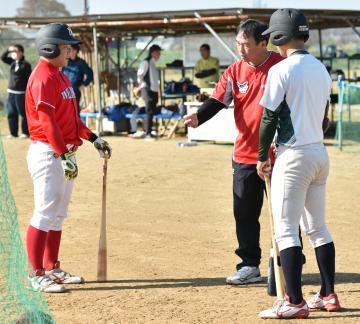 選手の指導に当たる茨城日産の渡辺等監督(中央)=16日、ひたちなか市勝倉