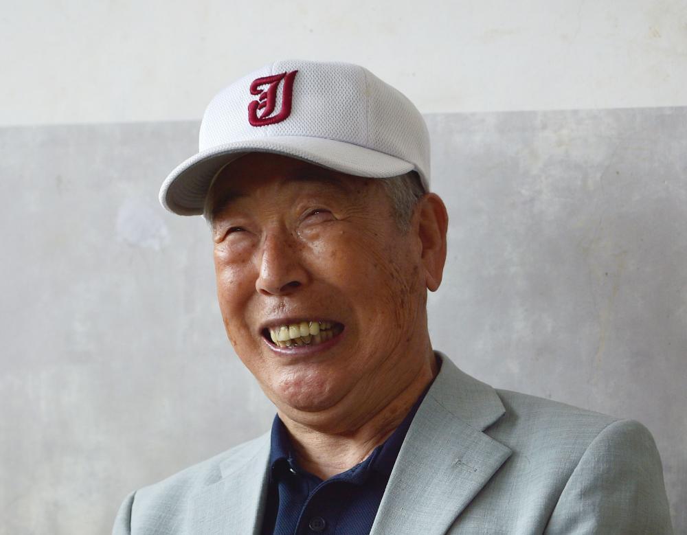 笑顔でインタビューに応える木内幸男氏=2015年6月7日、土浦市川口の土浦市営球場