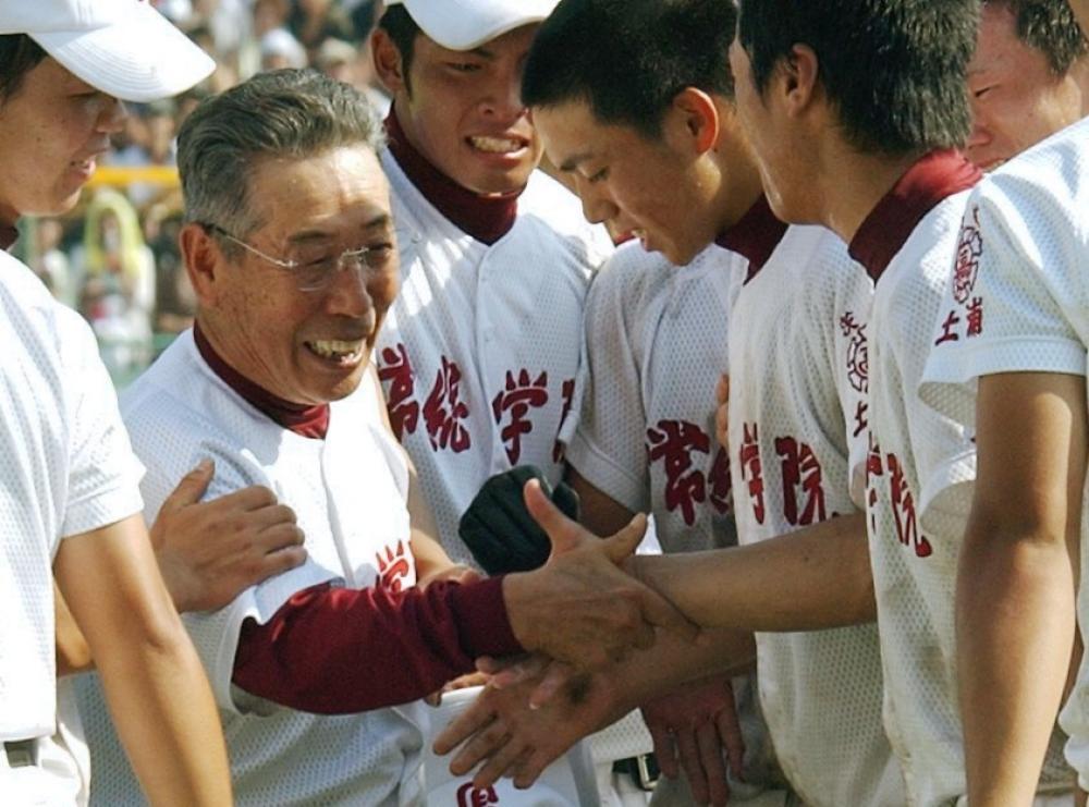 常総学院高監督として全国高校野球選手権優勝を果たし、ナインと握手する=2003年8月23日、甲子園