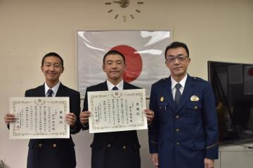 迷子の男児を保護した前田隼利さんと鈴木翔馬さん(左から)=土浦警察署