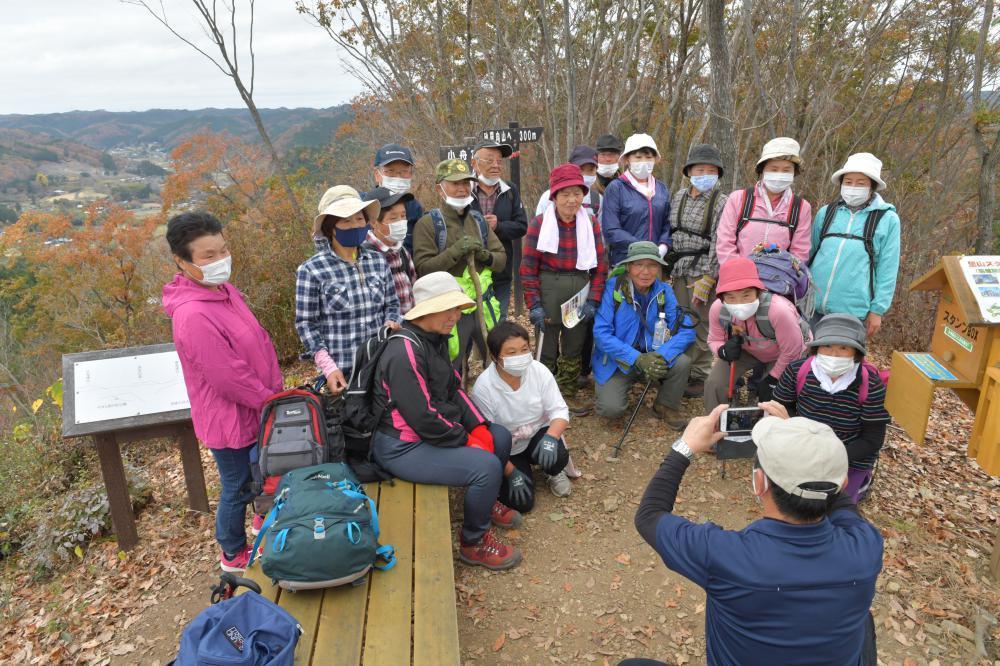 小舟富士の山頂で記念撮影をするハイキングツアー参加者=常陸大宮市小舟