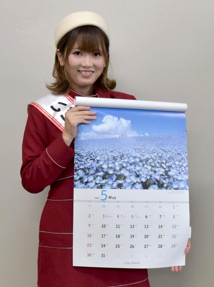 先行販売で約4500部売れている県内の絶景写真を集めたカレンダー=水戸市三の丸