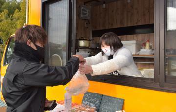 キッチンカーで焼きそばを販売する稲敷市の飲食店=圏央道江戸崎PA