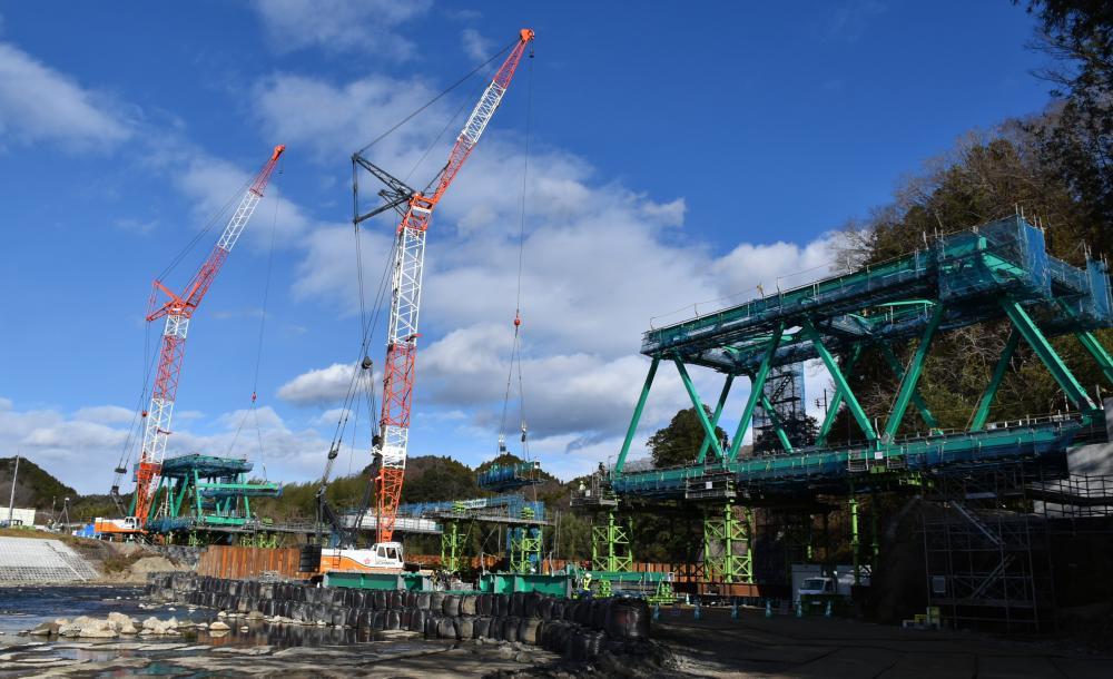 復旧工事が進むJR水郡線の鉄橋=大子町久野瀬