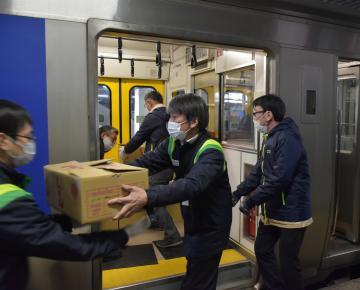 水戸駅で列車から荷物を下ろすJR関係者=水戸市宮町