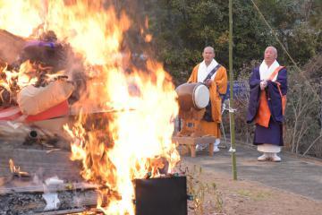 人形や墓標、だるまを燃やして供養するお焚き上げが妙香寺で行われた=美浦村土浦