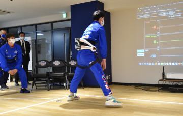 HALを腰に装着してトレーニングを実践する茨城ロボッツの選手たち=水戸市千波町