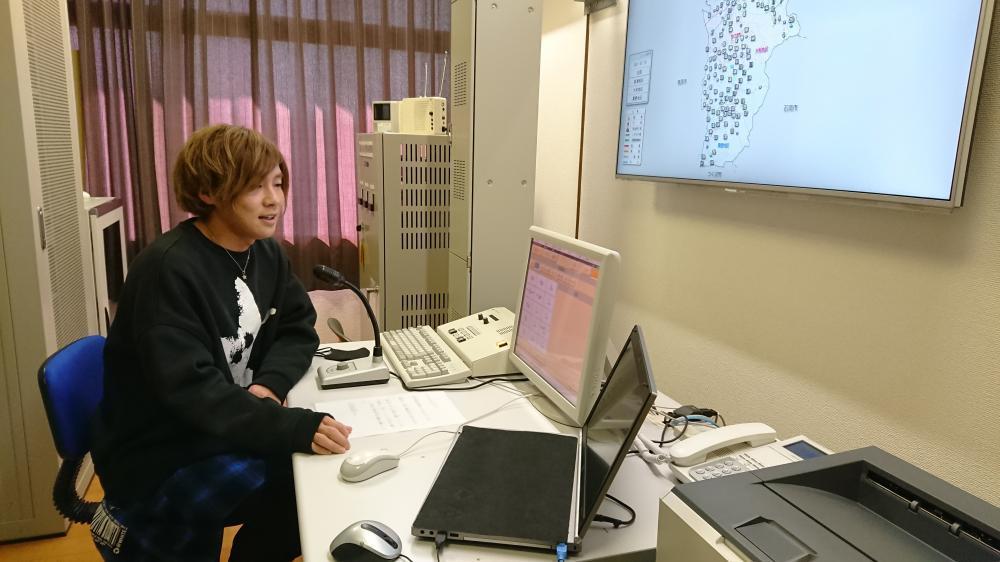 新型コロナウイルス感染症対策の放送を収録する安達勇人さん=桜川市大和庁舎