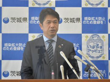 定例会見で、県独自の緊急事態宣言延長の方針を示した大井川和彦知事=県庁
