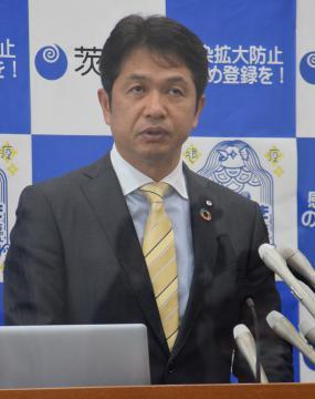臨時会見で、県独自の緊急事態宣言延長を発表する大井川和彦知事=県庁
