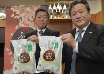 初輸出に乗り出す「ふくまる」をPRするJA全農いばらきの鴨川隆計本部長(右)ら=茨城町下土師