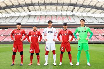J1鹿島に加入した(左から)MF舩橋佑、MF須藤直輝、DF林尚輝、DF常本佳吾、GK早川友基=カシマスタジアム(クラブ提供)