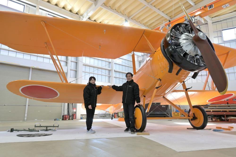 完成した赤とんぼの実物大模型と斎藤裕行さん(右)、妻定子さん=小美玉市小岩戸の日本立体
