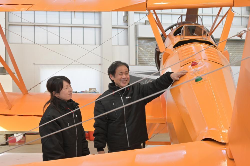 熊本県へ送り出す赤とんぼの実物大模型を見つめる斎藤裕行さん(右)と妻定子さん=小美玉市小岩戸の日本立体