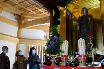 開帳された善重寺の聖徳太子立像=水戸市酒門町