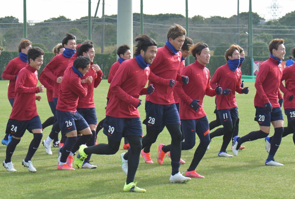 報道陣に今季初公開された練習で、ランニングするJ1鹿島の選手たち=クラブハウスグラウンド