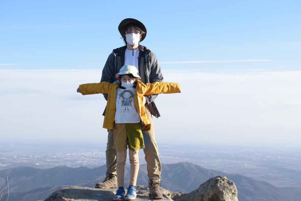 県独自の緊急事態宣言解除の初日に、筑波山を訪れた親子=女体山山頂