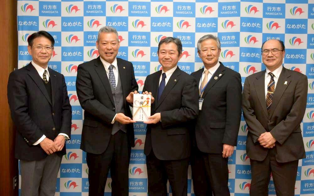 北浦小・中学校に各10万円を寄贈した北浦商運の石間克彦社長(左から2人目)=行方市麻生