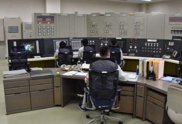 運転再開直前のJRR-3中央制御室内=東海村白方(代表撮影)
