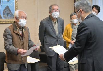 処分場建設に反対する要請書を県担当者に提出する連絡会メンバー(奥)=県議会