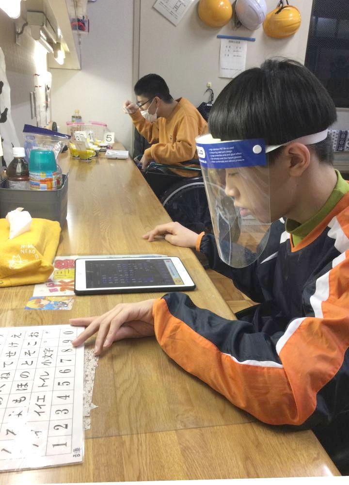 距離を保ちながら自習時間に勉強する水戸特別支援学校の寄宿舎生たち=水戸市吉沢町(同校提供)