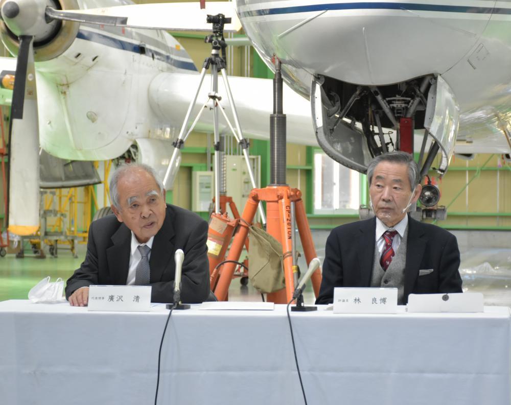 戦後初の国産旅客機YS11の前で新航空博物館構想について発表する、広沢グループの広沢清会長(左)と国立科学博物館の林良博館長(右)=筑西市徳持