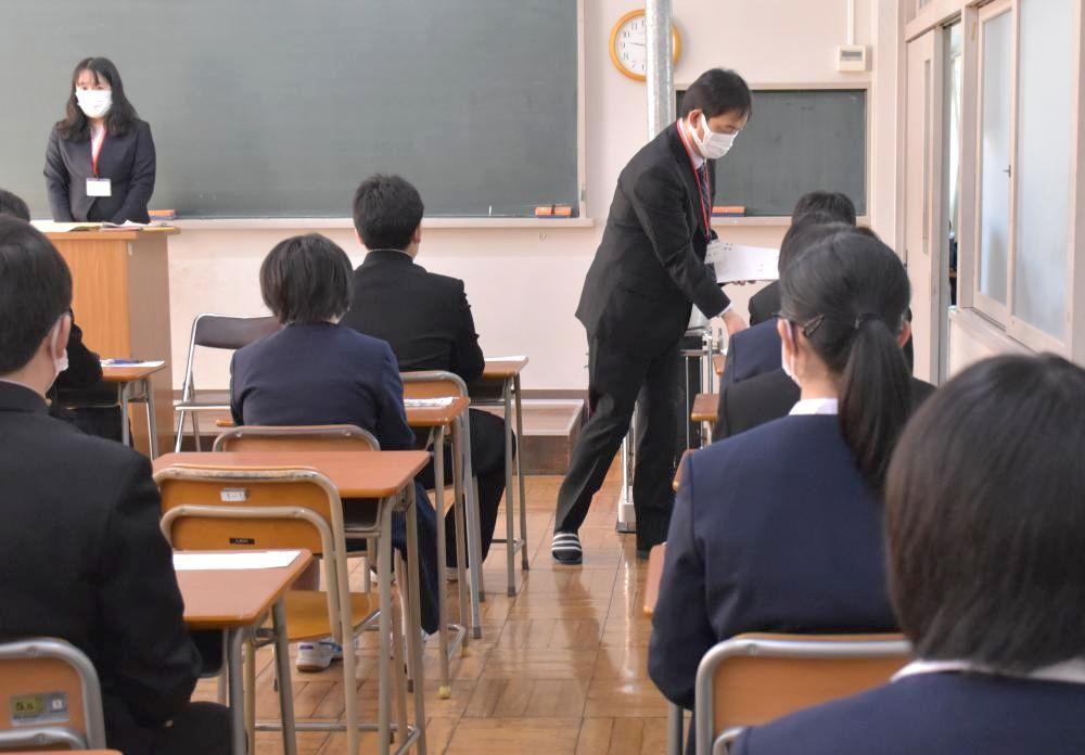 県立高校入試で問題用紙の配布を待つ受験生ら=3日午前、龍ケ崎市の竜ケ崎二高