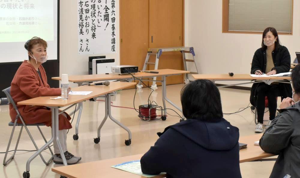 鉾田メロンについて語る農家の石田かおりさん(奥左)と方波見裕美さん(奥右)=鉾田市鉾田