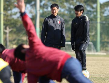 アカデミーの練習で指導に当たるJ1鹿島の小笠原満男テクニカルアドバイザー(左)=クラブ提供