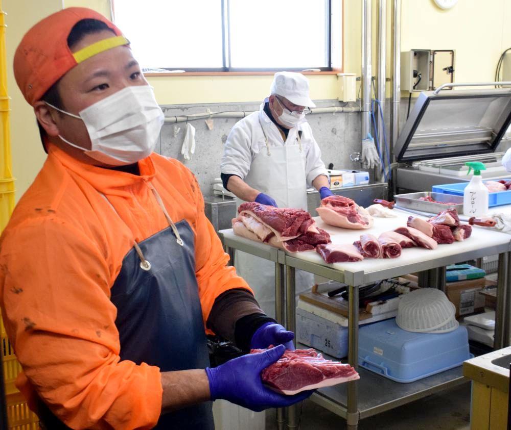 作業工程を説明する那珂川町(栃木県)イノシシ肉加工施設の職員=同町和見