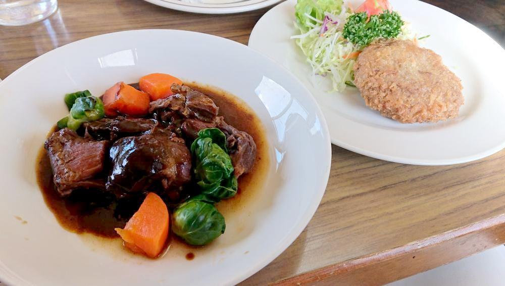 イノシシ肉のシチューとメンチカツ(左から)