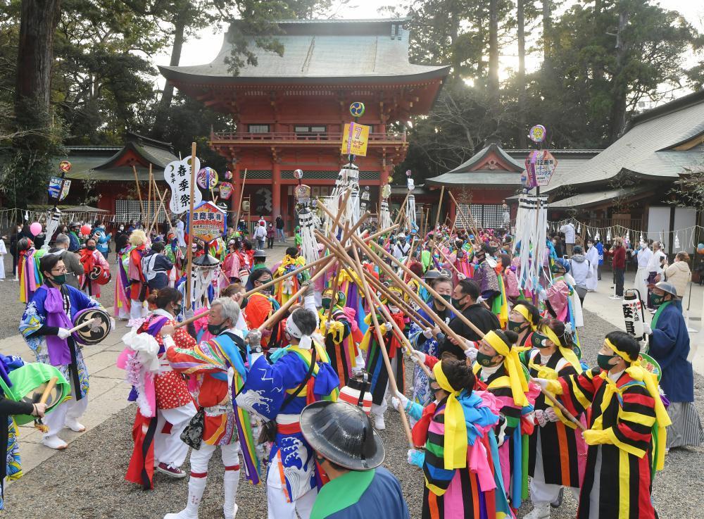 祭頭祭で威勢良く樫棒を組み鳴らす囃人たち=9日午後、鹿嶋市宮中の鹿島神宮、菊地克仁撮影