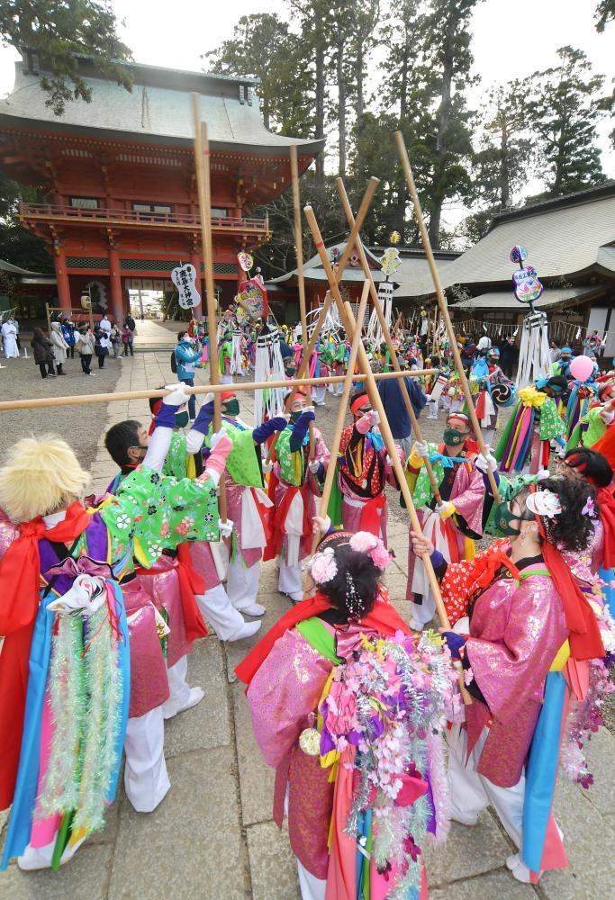 祭頭祭で威勢良く樫棒を組み鳴らす囃人たち=9日午後、鹿嶋市宮中の鹿島神宮の、菊地克仁撮影