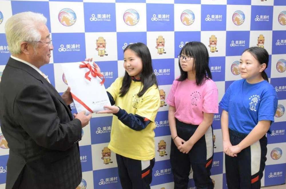「キッズ☆カンパニー」で得た売上金を美浦村に寄付した木原小学校の児童たち=同村受領