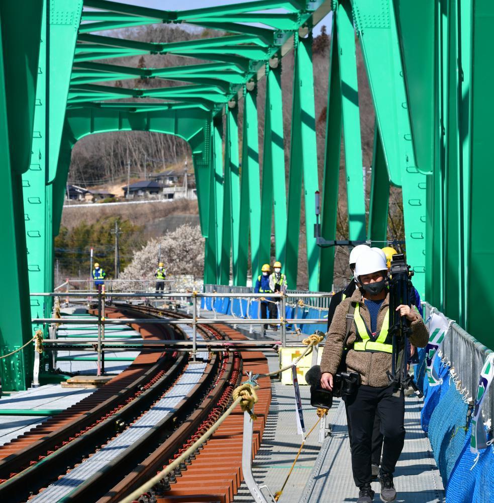 完成を間近にし、報道陣らに公開されたJR水郡線の第6久慈川橋りょう=10日午前、大子町久野瀬、菊地克仁撮影